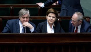 Premier Beata Szydło (w środku) w ławach rządowych w Sejmie