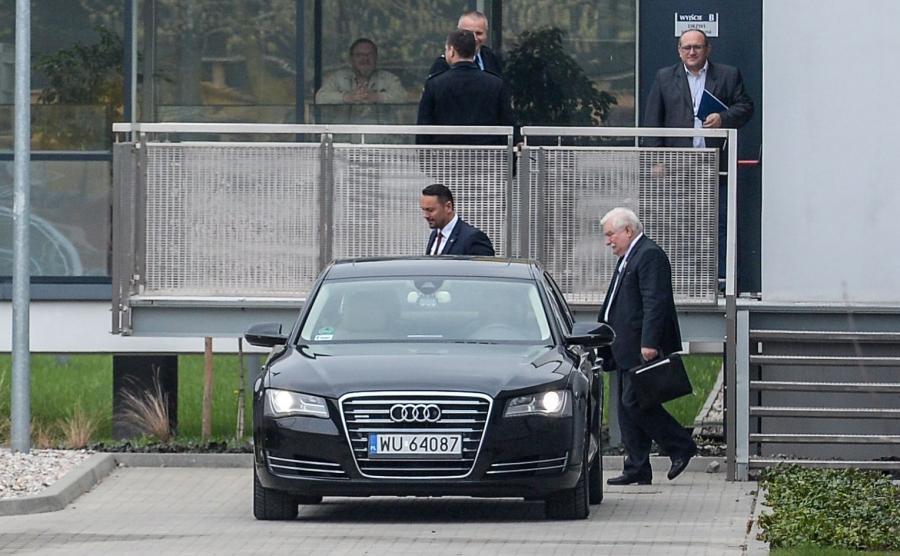 Były prezydent Lech Wałęsa wychodzi z Instytutu Pamięci Narodowej w Warszawie