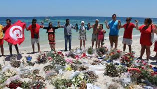 Tunezyjczycy i turyści oddają hołd ofiarom zamachu na plaży