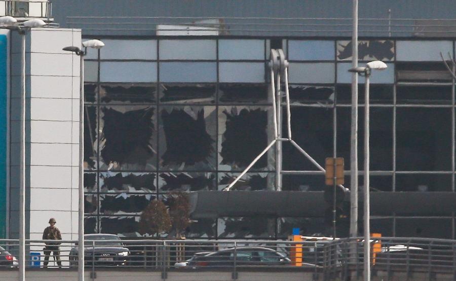 Zniszczenia w terminalu lotniska Zaventem