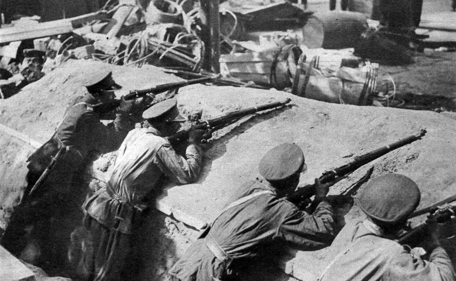 Żołnierze 7 pułku ułanów w okopach pod Belwederem