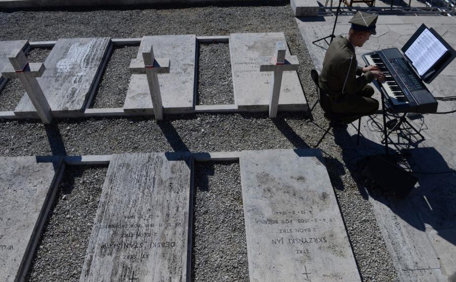 Ostatnie przygotowania przed uroczystościami upamiętniającymi 72. rocznicę zakończenia bitwy o Monte Cassino na polskim Cmentarzu Wojennym na Monte Cassino