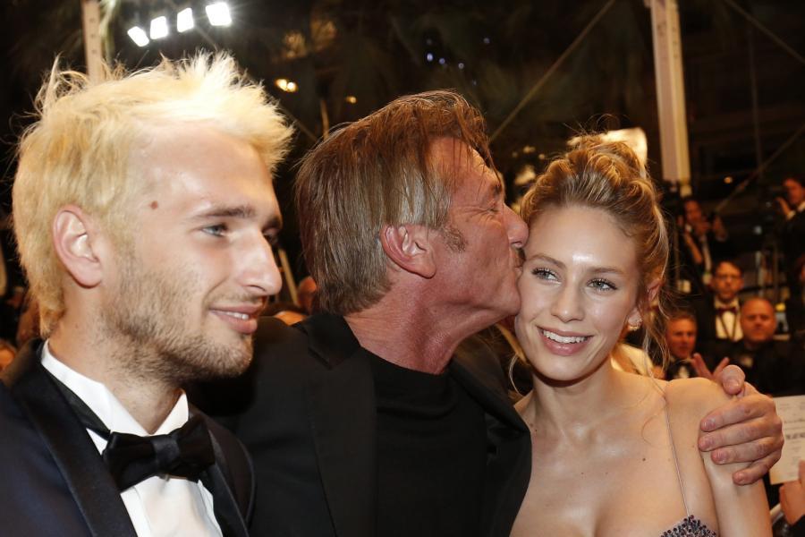 "Sean Penn z ukochanącórką Dylan Frances Penn i synem Hopperem Penn na premierze filmu ""The Last Face"""