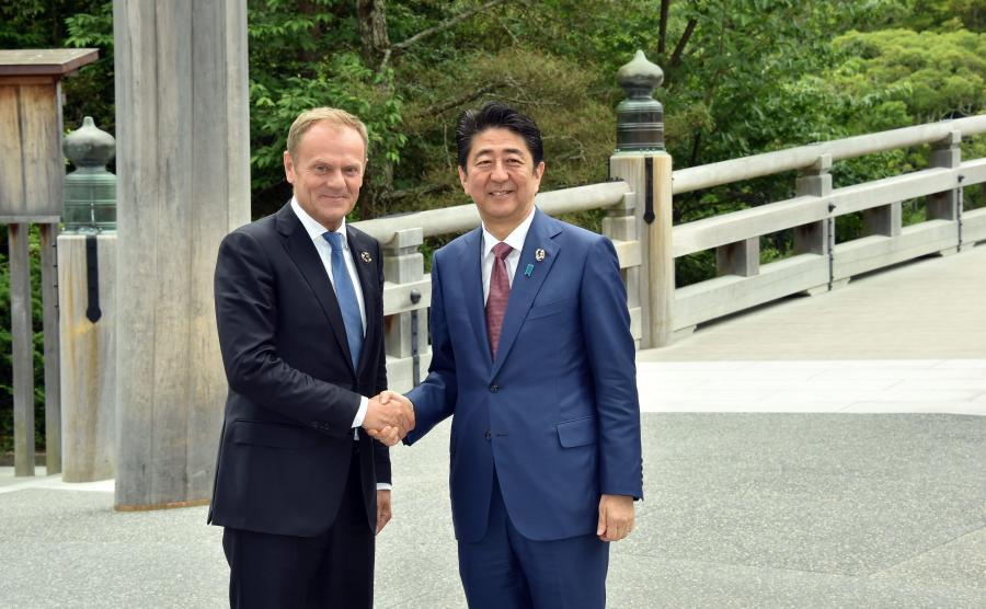 Przewodniczący Rady Europejskiej Donald Tusk i japoński premier Shinzo Abe