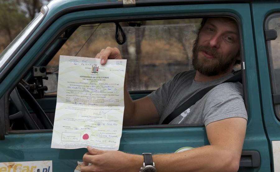Arkady Paweł Fiedler w wyprawowym Maluchu na afrykańskich drogach / fot. Albert Wójtowicz