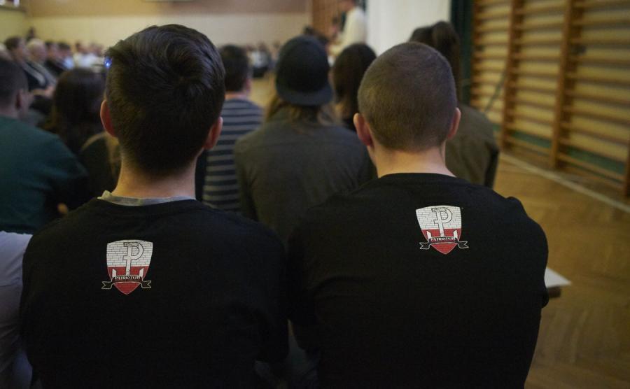 Uczniowie w patriotycznych koszulkach