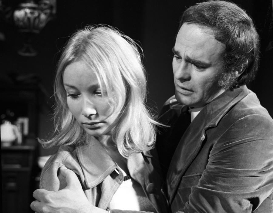 """Roman Wilhelmi i Pola Raksa w spektaklu Teatru Telewizji """"Miłość i gniew"""" (reżyseria Zygmunt Hubner, 1973)"""