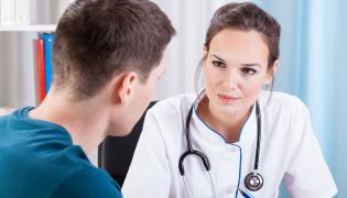 Mężczyzna z wizytą u lekarza