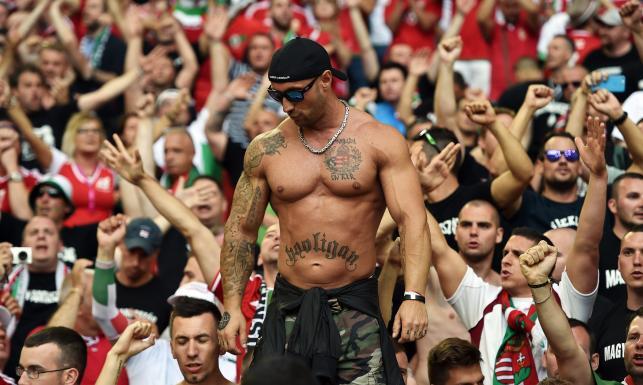 To nie są grzeczni chłopcy. Węgrzy bili się z Policją w trakcie meczu z Islandią. ZDJĘCIA