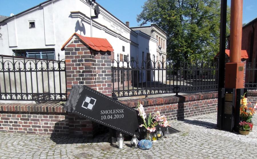 Pomnik smoleński w Sieradzu (Fot. Pelikan13 CC BY-SA 3.0 pl)