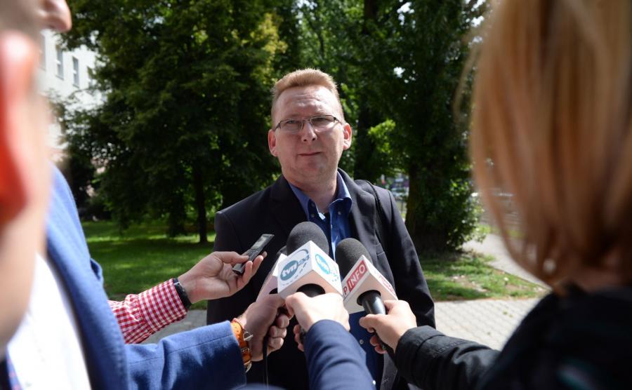 Piotr Walentynowicz w drodze na spotkanie w Prokuraturze Krajowej
