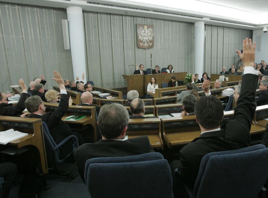Senat przegłosował ustawę odbierającą przywileje esbekom