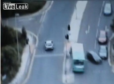 Zobacz szalony rajd skradzionym autobusem