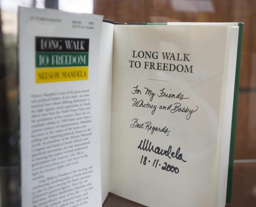 Książka z dedykacją od Nelsona Mandeli dla Whitney Houston