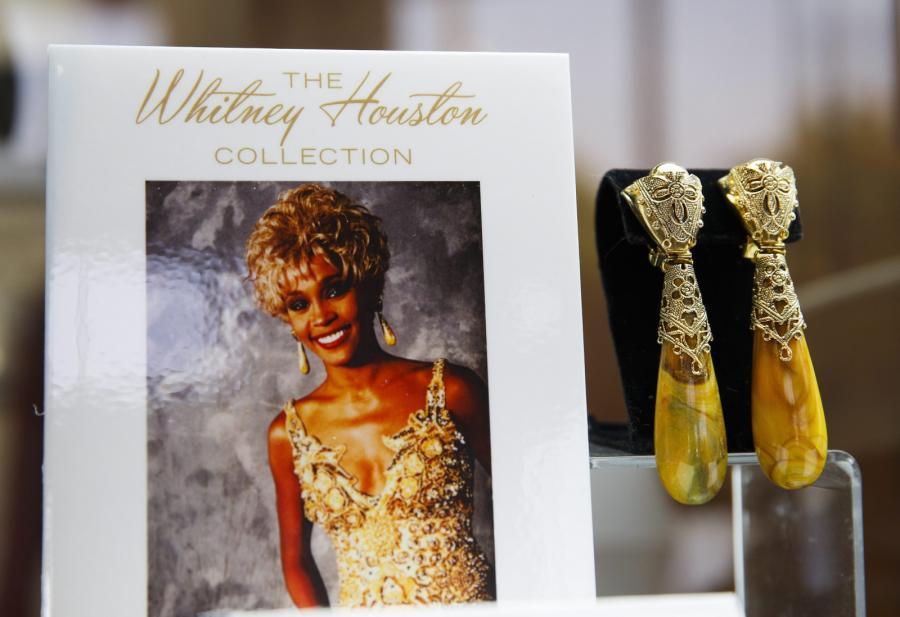 Złote kolczyki Whitney Houston na aukcji w Beverly Hills