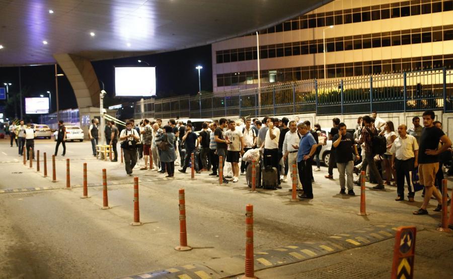 Pasażerowie, ewakuowani z lotniska