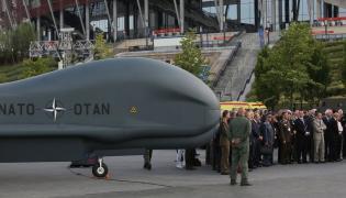 Ministrowie obrony zwiedzają wystawę polskiego uzbrojenia oraz systemu Alliance Ground Surveillance (AGS)