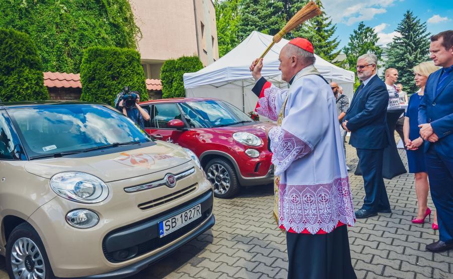 Metropolita warszawski kardynał Kazimierz Nycz poświęcił samochody przekazane do obsługi ŚDM
