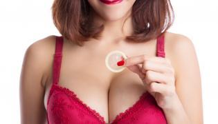 Kobieta trzymająca prezerwatywę