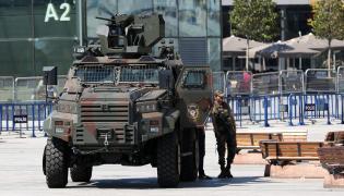 Turecka policja przed budynkiem parlamentu