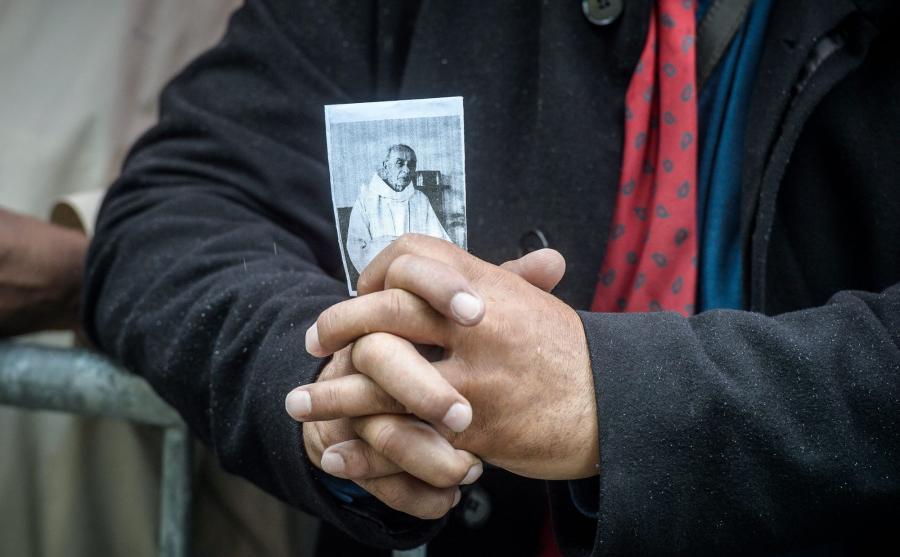 Wierny ze zdjęciem zabitego księdza