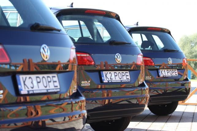Samochody Volkswagen Golf, którymi poruszał się papież Franciszek podczas Światowych Dni Młodzieży stoją przed Sanktuarium Bożego Miłosierdzia w krakowskich Łagiewnikach