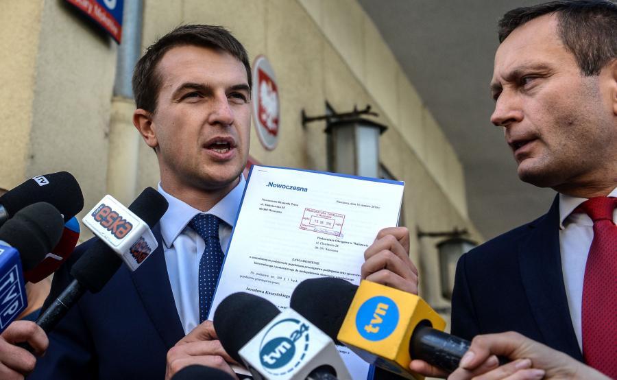 Politycy Nowoczesnej Adam Szłapka (L) i Paweł Rabiej (P)