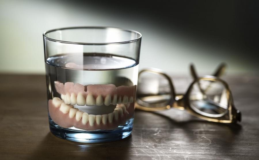 Mit nr 3. Osoby noszące protezy nie potrzebują pasty do zębów.