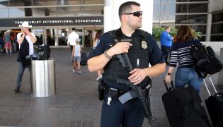 Policjant na lotnisku w Los Angeles