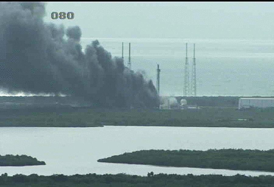 Dym nad Przylądkiem Caveral po wybuchu rakiety Falcon 9