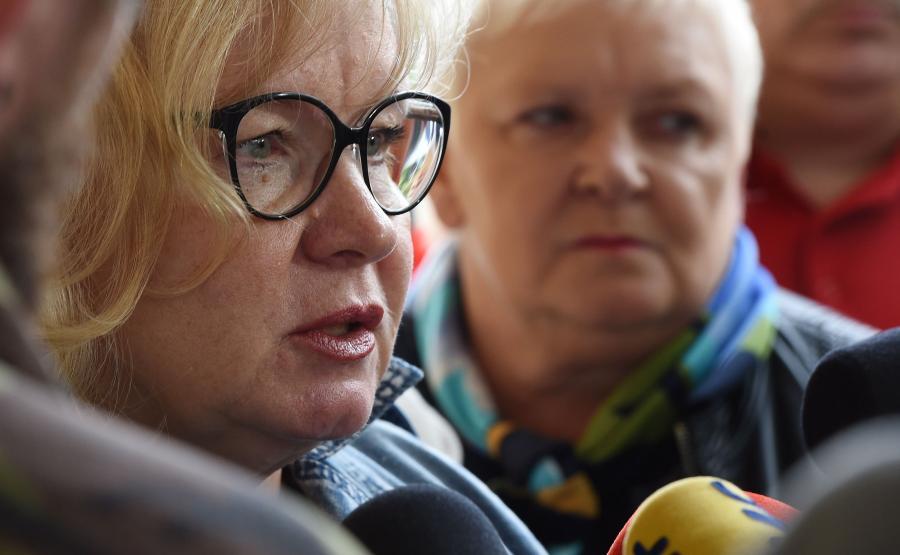 Przewodnicząca Krajowego Sekretariatu Ochrony Zdrowia NSZZ Solidarność Maria Ochman (L) rozmawia z dziennikarzami w drodze na spotkanie premier Beaty Szydło z przedstawicielkami NSZZ \