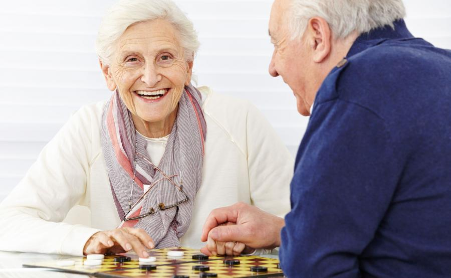 Starsza kobieta i starszy mężczyzna grają w szachy