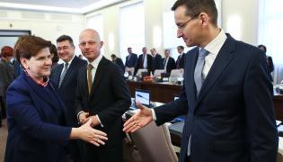 Premier Beata Szydło wita się z wicepremierem Mateuszem Morawieckim. W tle Paweł Szałamacha