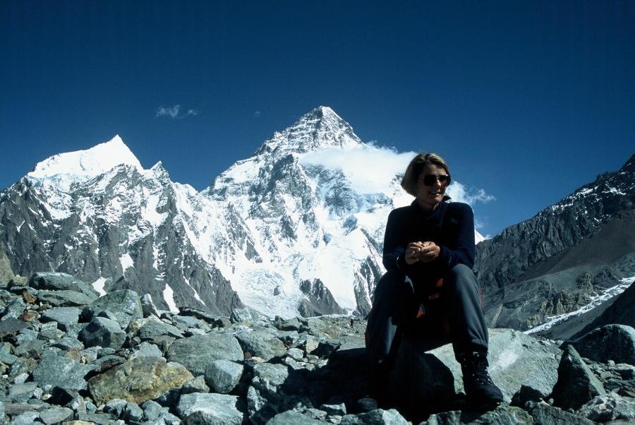 Monika Rogozińska i K2 w tle. lipiec 2004