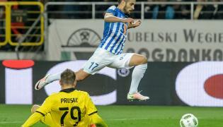 Piłkarz Lecha Poznań Maciej Makuszewski (P) mija bramkarza Górnika Łęczna Sergiusza Prusaka (L)