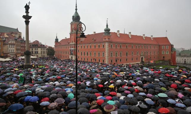 #CzarnyProtest. Wielkie demonstracje na ulicach polskich miast. Murem za Polkami stanęła też zagranica [ZDJĘCIA]