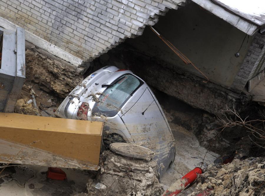 Samochód utonął w kraterze po pekniętej rurze na warszawskim osiedlu