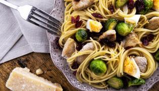 Spaghetti z indykiem, brukselką i jajkiem