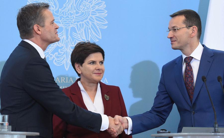 Premier Beata Szydło (C), wicepremier, minister rozwoju i finansów Mateusz Morawiecki (P) i członek zarządu Mercedes-Benz Cars Markus Schaefer (L)