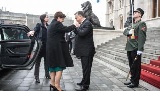 Wizyta premier Beaty Szydło na Węgrzech. Premier węgierskiego rządu Viktor Orban wita szefową polskiego gabinetu
