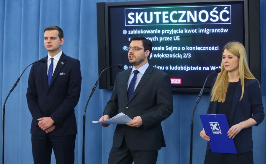Wicemarszałek Sejmu z ramienia Kukiz\'15 Stanisław Tyszka (C), sekretarz klubu Elżbieta Borowska (P) i poseł Jakub Kulesza (L)