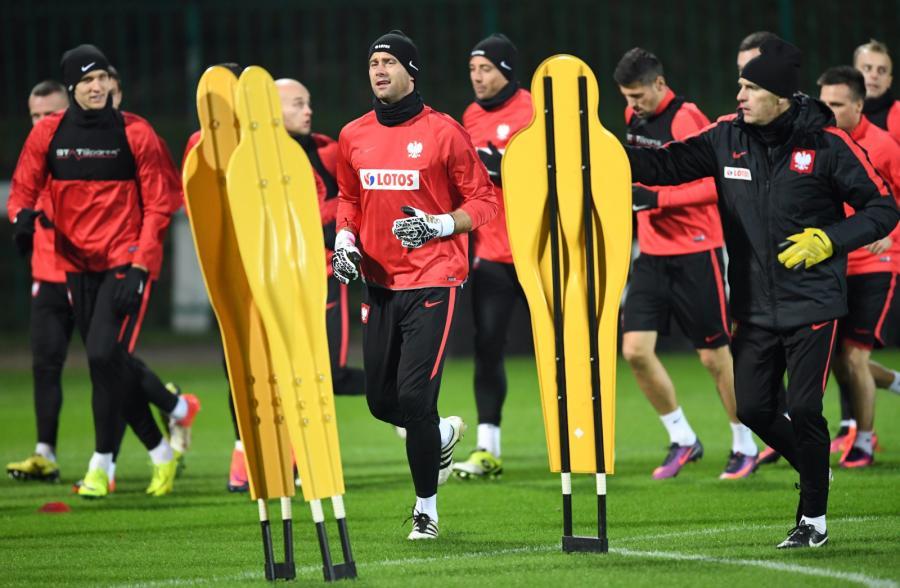 Bramkarz reprezentacji Polski Artur Boruc (C) podczas treningu drużyny w Warszawie