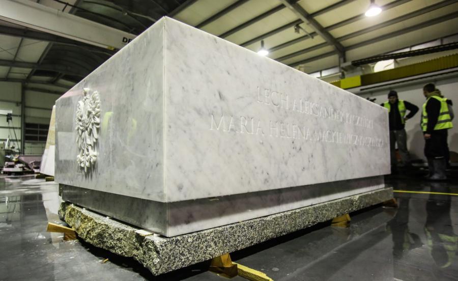 Prace nad nowym sarkofagiem pary prezydenckiej Lecha i Marii Kaczyńskich