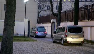 Eskortowany przez policję karawan z ekshumowanymi szczątkami Tomasza Merty wjeżdża do Zakładu Medycyny Sądowej przy ul. Oczki w Warszawie