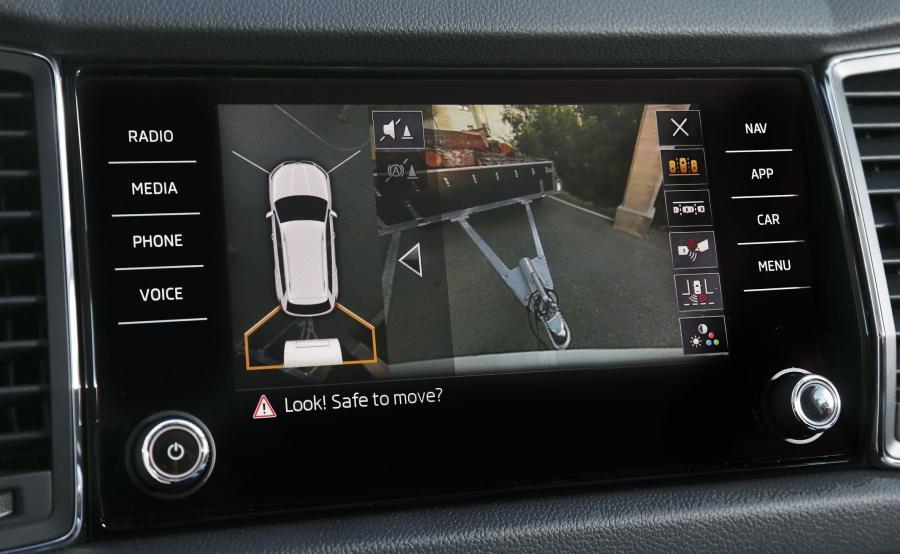 Bardzo przydatnym dodatkiem jest system kamer 360 stopni - na ekranie widać otoczenie auta np. w trakcie cofania. Skoda kodiaq niemal sama wprowadzi przyczepę tyłem gdzie tylko zechcesz