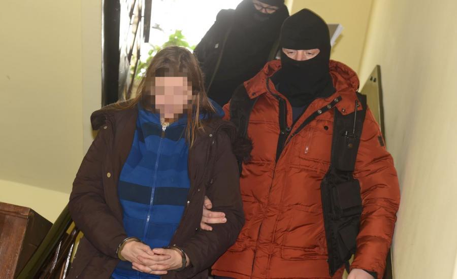 Policjanci wyprowadzają z Prokuratury Rejonowej Łódź-Bałuty matkę czteroletniej Oliwki