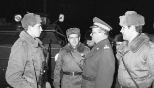 Wojciech Jaruzelski z żołnierzami