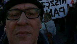Maciej Maleńczuk na manifestacji KOD