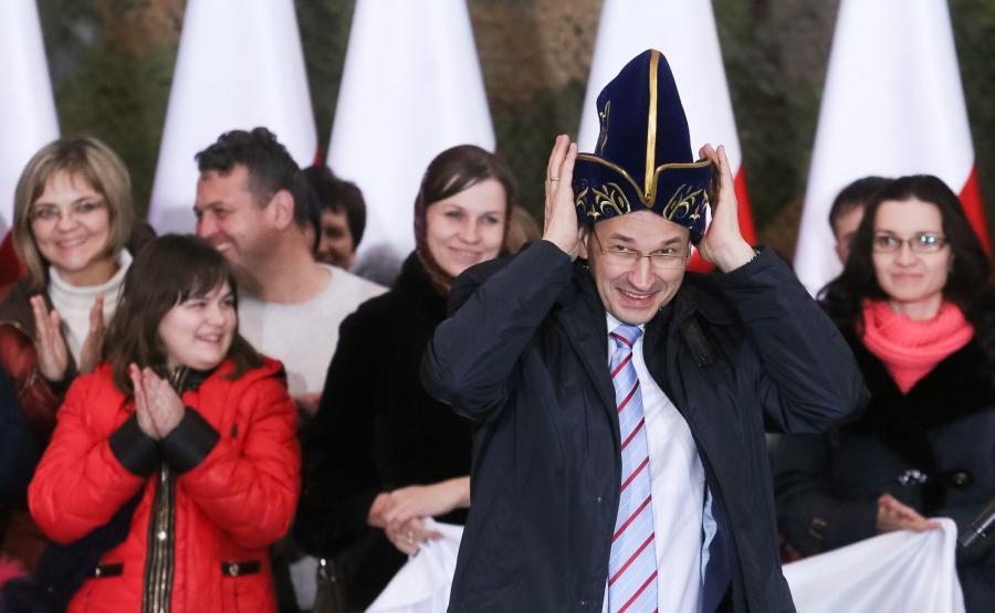 Wicepremier Mateusz Morawiecki wita repatriantów na lotnisku
