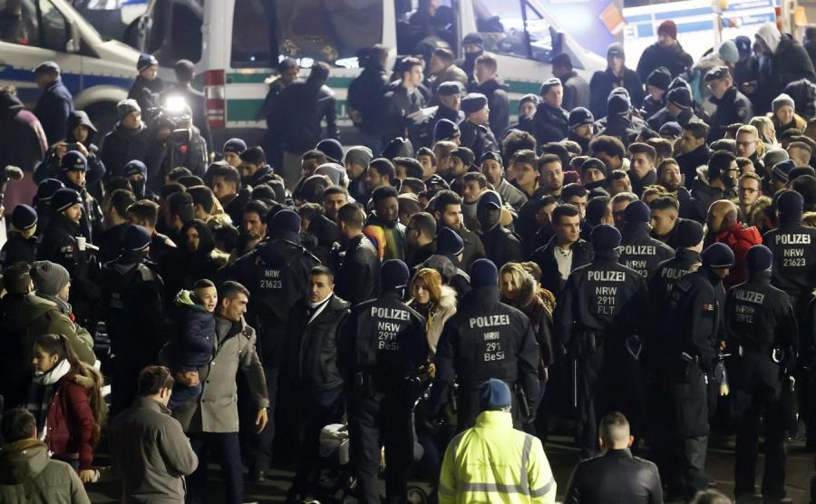 Imigranci i policja w okolicy dworca kolejowego w Kolonii